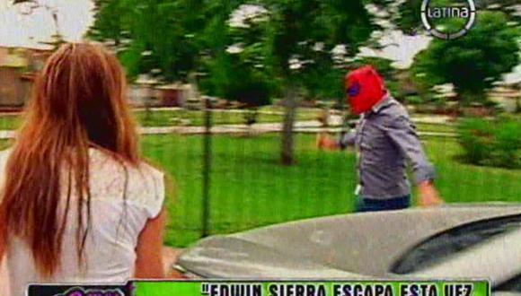 Edwin Sierra se escapa enmascarado del Hombre Araña tras revelación de Milena Zárate [VIDEO]