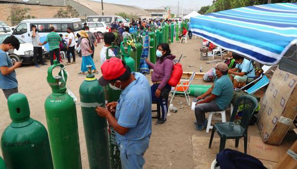 Personas esperan más de 3 días para  llenar sus balones de oxígeno en villa El Salvador, la empresa Martín brinda oxígeno gratis para 200 familias. Por otro lado, varios se retiran dela cola al enterarse que su familiar ya falleció por la falta de oxígeno.