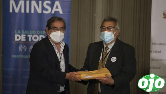 Fernando Carbone entregó este jueves el informe sobre el caso 'Vacunagate' al ministro de Salud, Óscar Ugarte. (Foto: Britanie Arroyo / GEC)