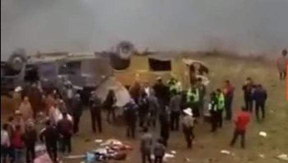 Al menos 10 personas murieron luego que el vehículo cayera a un abismo de unos 300 metros. (Captura: Prensa Libre Perú)