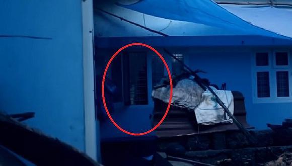 YouTube: Niña fantasma es grabada paseándose en una casa [VIDEO]