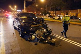 Mujer en motocicleta muere tras ser arrollada por camioneta en el Rímac