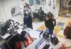 Mujer se desviste en público y usa su ropa interior como mascarilla por el coronavirus   VIDEO