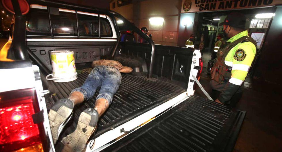 Un sujeto, aún no identificado, fue detenido durante esta madrugada por los agentes de la Policía Nacional del Perú. (Foto: Cesar Grados/GEC)