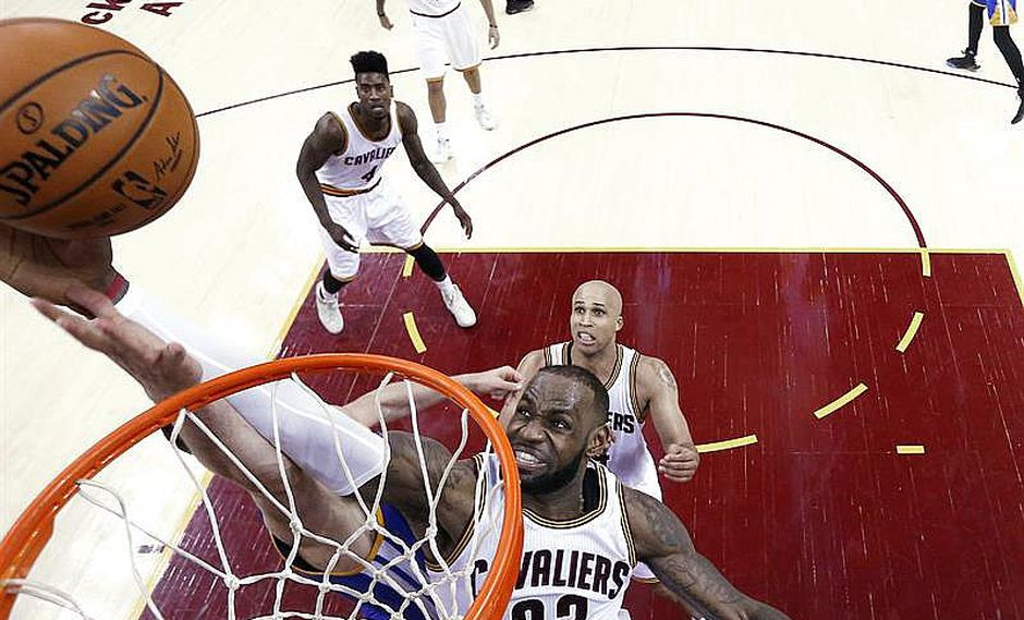NBA: Cavaliers arrollan a Warriors 137-116 y van por remontada en final
