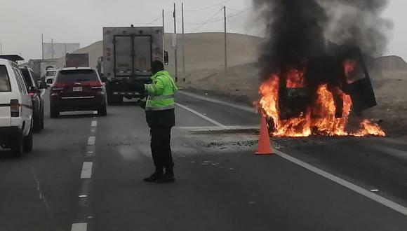 Cañete: Furgoneta arde en medio de carretera y dos salvan de morir calcinados | VIDEO