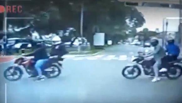 Delincuentes en diez motos cerraron el paso a conductor que manejaba su camioneta para robarle pero la presencia de un policía frustró el hecho delictivo. (Foto: captura de video)