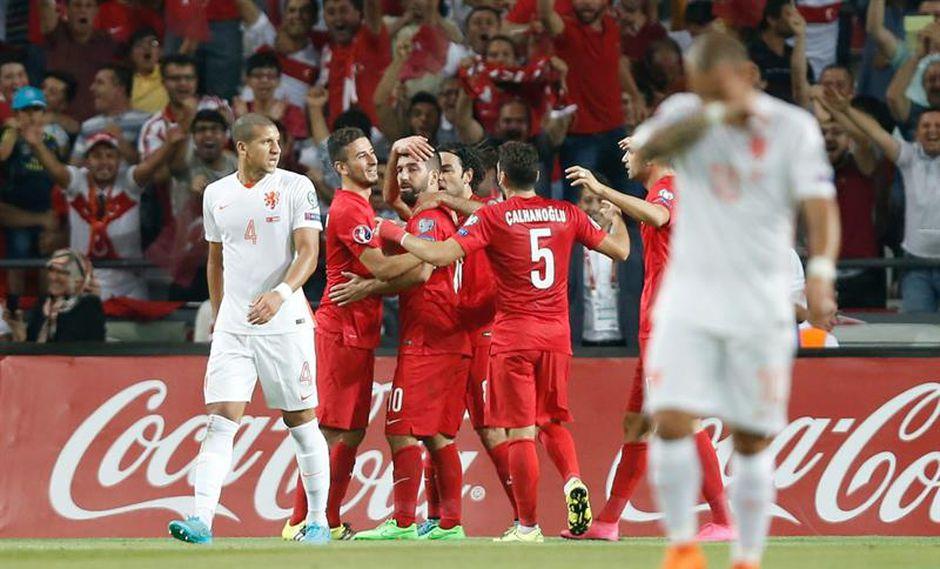 Turquía golea 3-0 a Holanda que queda al borde de la eliminación