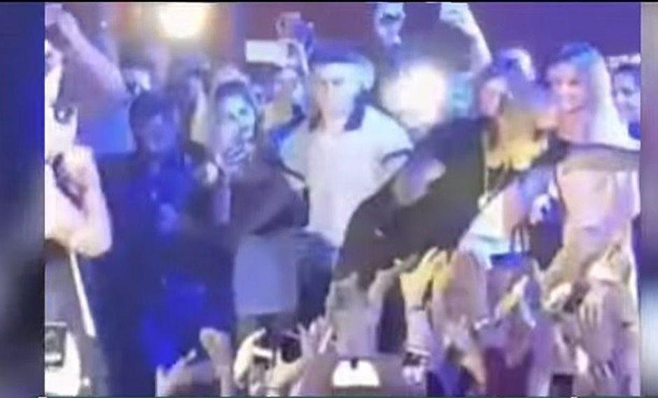 Reggaetonero se lanzó al público, nadie lo agarra y encima le roban