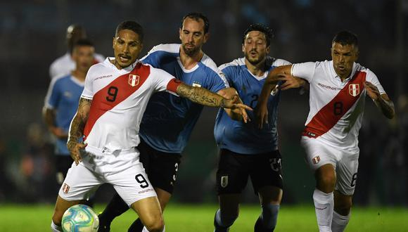 Peru's forward Paolo Guerrero (L) controls the ball under the pressure of Uruguay's Diego Godin (2-L) during an international friendly football match in Montevideo on October 11, 2019. (Photo by EITAN ABRAMOVICH / AFP)