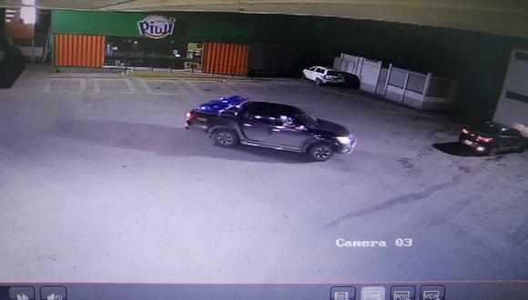 Una cámara de seguridad captó cuando la banda delictiva se llevó la camioneta.