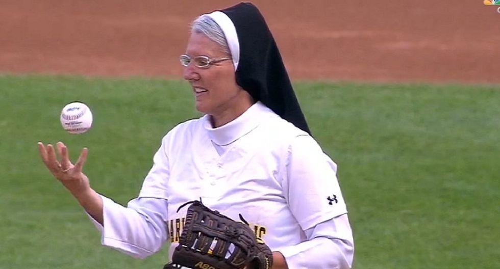 Monja sorprende tras demostrar sus habilidades en el béisbol (VIDEO)