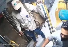 Chofer lanza a ladrón por la puerta de su autobús y evita ser asaltado