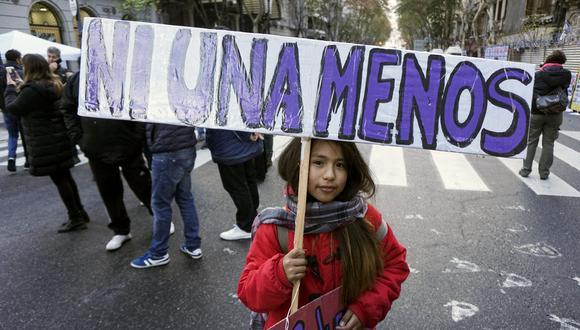 Florencia Espinosa logró salir de su casa con su hija y llegó hasta una pizzería, propiedad de sus cuñados, donde fue ayudada por un trabajador. (Foto: EITAN ABRAMOVICH / AFP)