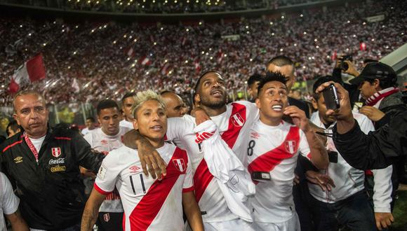 TOPSHOT - Peru's Raul Ruidiaz (L), Jefferson Farfan (C) and Christian Cueva celebrate after defeating New Zealand by 2-0 and qualifying for the 2018 football World Cup, in Lima, Peru, on November 15, 2017. / AFP / ERNESTO BENAVIDES