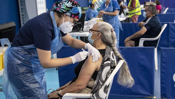 El objetivo de la Organización Mundial de la Salud es que se logre vacunar a todos los miembros del sector sanidad del mundo en los primeros 100 días del 2021. (Foto: AFP)