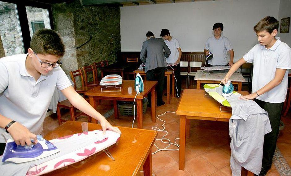 Colegio enseña a jóvenes cómo cocinar, planchar y realizar más labores de casa (FOTOS)