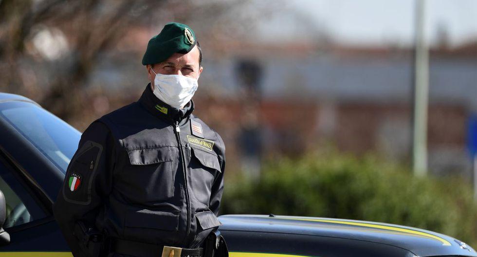 294/5000 Oficiales de la Guardia de Finanzas italiana (Guardia di Finanza) patrullan en un punto de control en una de las entradas de la pequeña ciudad de Zorlesco. (AFP)