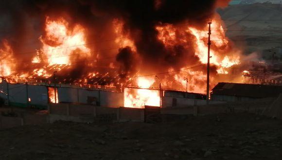 Los bomberos lucharon más de dos horas para controlar el fuego.