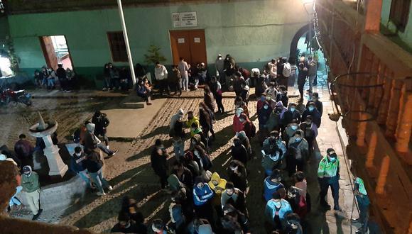 Las autoridades multaron a estas personas que incumplieron con la nueva normativa y no pudieron trasladarlos a la comisaría para evitar un mayor contagio entre la policía y la población (Foto: PNP)