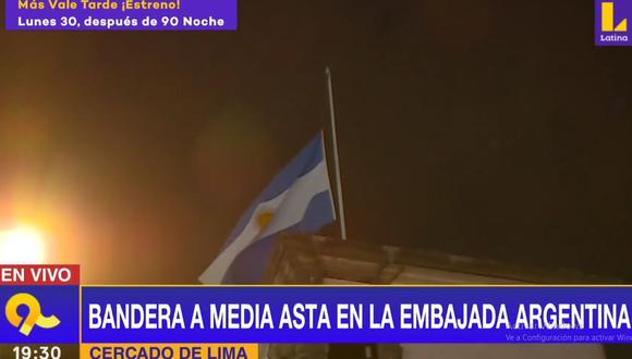 La embajada de Argentina colocó la bandera a media asta en señal de duelo por la muerte del exfutbolista Diego Armando Maradona. (Latina)