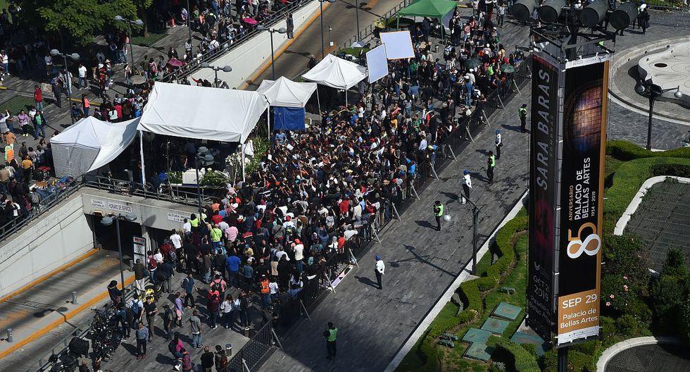 Miles de seguidores del cantante se hacen presente en la despedida de José José. (Foto: AFP)