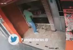 Hombre roba a como de lugar un pollo a la brasa: metió las manos a la brasa caliente   VIDEO