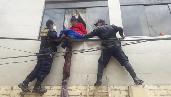 Anciana permaneció varios minutos sentada en el borde de la ventana (Foto: Municipalidad de Huánuco)