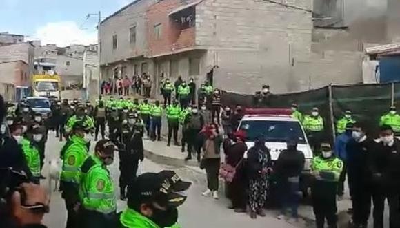 Pasco: el comando de la Región Policial rindió honores fúnebres al efectivo que murió víctima de COVID-19. (Foto: Captura de video)