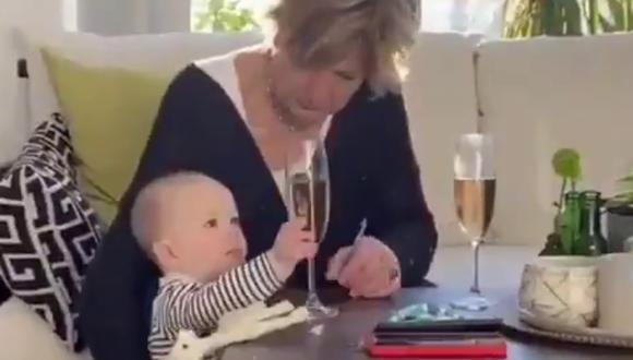 Un video viral muestra cómo una mujer evitó que una copa de vidrio se caiga en vez del bebé que cuidaba. | Crédito: @CulturedRuffian / Twitter.