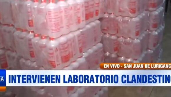 De acuerdo con el general PNP Jorge Luis Caya, en el lugar se halló barriles, botellas de plástico, mangueras y tanques de agua para la fabricación de estos productos, los cuales eran distribuidos a diversas farmacias de la jurisdicción. (Foto Captura ATV)