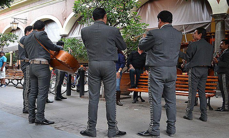 Amante contrata serenata de mariachi, sin imaginar que era el esposo (VIDEO)