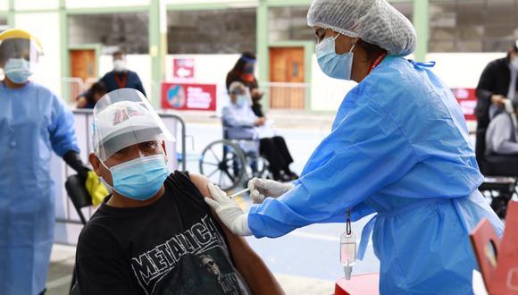 Vacunación a adultos mayores continúa a nivel nacional. Foto: Jessica Vicente/@photo.gec