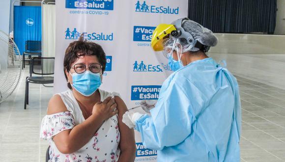 EsSalud usará espacios públicos abiertos para vacunar contra el COVID-19 a los adultos mayores desde el 8 de marzo. (GEC)