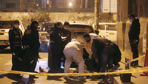 Peritos de criminalística examinaron el cadáver. (Foto: César Grados /@photo.gec)
