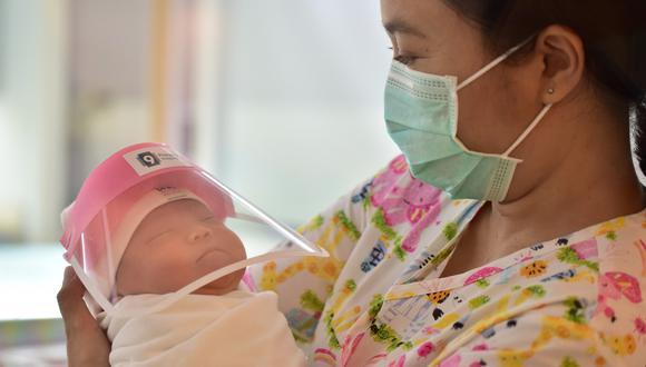 Las autoridades vigilarán la salud de la menor a la espera que no presente complicaciones por la vacuna. (Foto: AFP)
