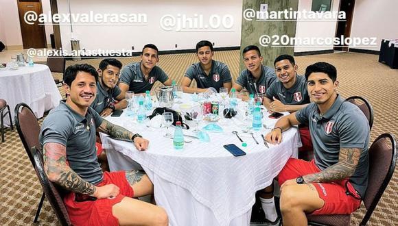 Gianluca Lapadula festejó cenando con los más jóvenes su primer gol con Perú. (Foto: Instagram)