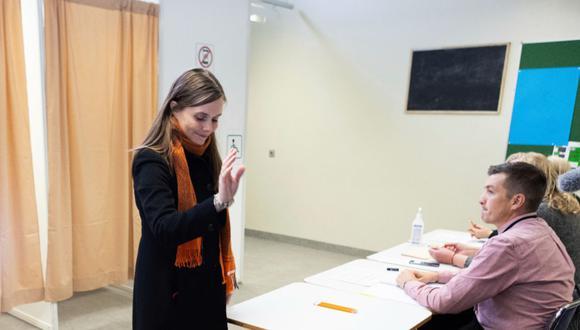 La primera ministra de Islandia, Katrin Jakobsdottir, emite su voto en Reykjavik.
