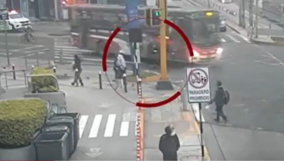 Difunden imágenes del accidente en Miraflores donde un joven a bordo de un scooter fue arrollado por un bus de la empresa Chama. (Captura: América Noticias)