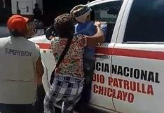 Niña se colgó de patrullero para evitar que policías se lleven a su padre