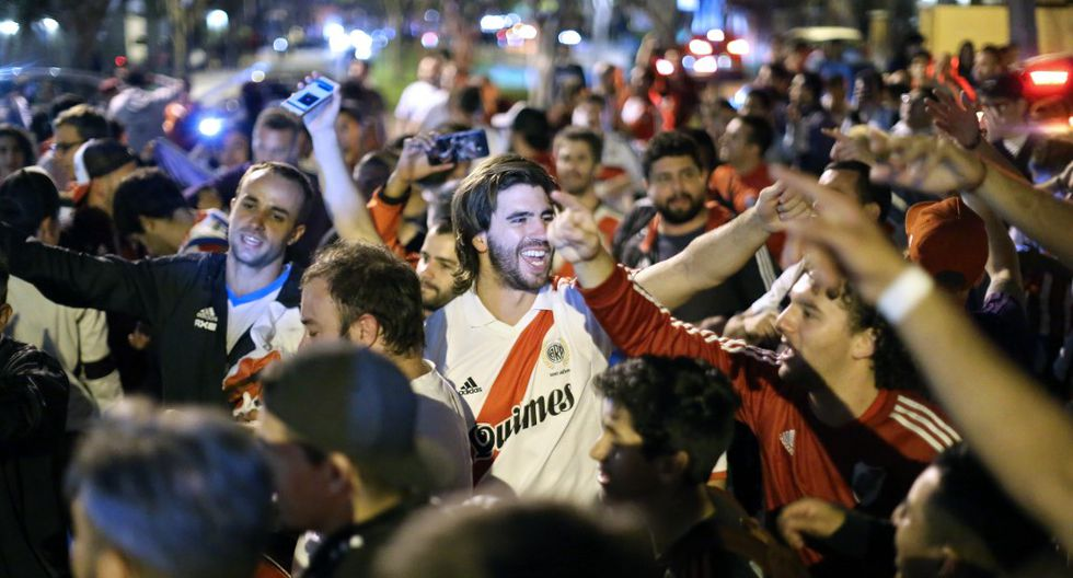 Supporters of Argentina's River Plate wait for the arrival of players at the hotel in Lima on November 20, 2019, ahead of the Copa Libertadores final football match against Brasil's Flamengo to be held there on November 23. (Photo by Luka GONZALES / AFP)