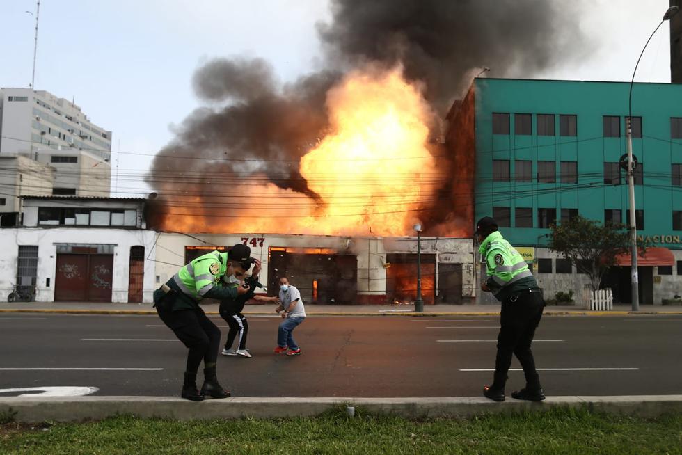 Un incendio de gran magnitud se registra en estos momentos en el interior de una feria artesanal, ubicado en cuadra 7 de la avenida 28 de Julio, en el Cercado de Lima. Foto: Jesús Saucedo / @photo.gec