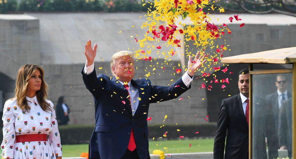 El presidente de los Estados Unidos, Donald Trump, rocía pétalos de flores mientras la Primera Dama Melania Trump observa mientras rinde homenaje a Raj Ghat, el monumento al icono de la independencia india Mahatma Gandhi, en Nueva Delhi. (AFP)