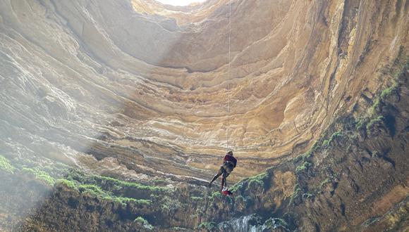 """El """"pozo del infierno"""", ubicado en Yemen, comprende una abertura de 30 m. de ancho, hundiéndose aproximadamente 112 m. debajo de la superficie. (Foto: Equipo de exploración de la cueva de Omán / AFP)"""